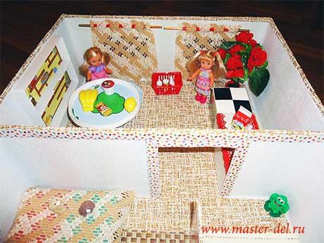 куклы в кукольном домике